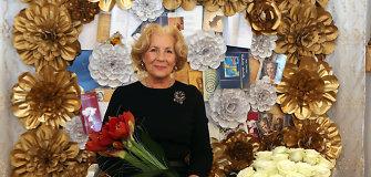Dalios Teišerskytės 70-mečio šventėje – fotosienelė iš jos poezijos knygų ir gėlių