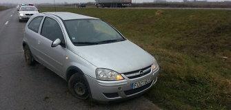 """Vilkikas užmiesčio kelyje nepastebėjo """"Opel"""" – mašina vertėsi, jauna vairuotoja sužalota"""