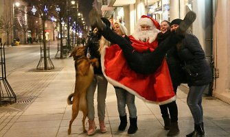 Fotografas, persirengęs Kalėdų seniu, Vilniuje atliko fotoeksperimentą