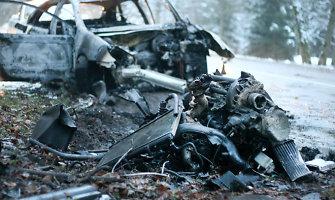 """Žagarėje į medį atsitrenkęs """"Citroen C5"""" subyrėjo ir sudegė, o vairuotojas spruko"""