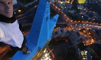 Mustang Wanted rusams pardavė įrašą, kaip ant dangoraižio Maskvoje iškelia Ukrainos vėliavą