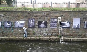 Vilniaus Šanchajaus kontrastai – nuotraukose ant upės krantinės