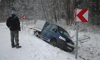 Kelio vingyje prie Krekenavos į griovį nulėkusio automobilio ištraukti nepajėgė net traktorius