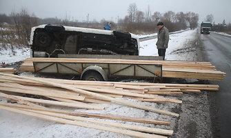 Panevėžyje ant šono nuvirto lentų krovinį vežęs vienatūris