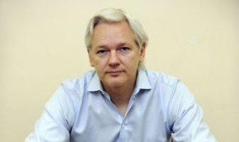 """Julianas Assange'as: """"Google"""" 80 proc. pelno uždirba parduodama privačią informaciją"""
