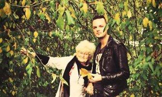 Ruslanas Kirilkinas auksaspalviu rudeniu mėgaujasi Telšiuose su močiute Zina