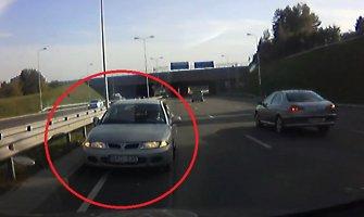 """""""Mitsubishi"""" iššoko prieš eismą aplinkkelyje: ir kur tokie vairuotojai pažymėjimus gauna?"""