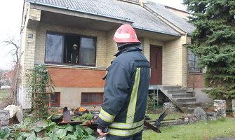 Panevėžyje iš degančio namo išvestas smalkėmis apsinuodijęs pensininkas