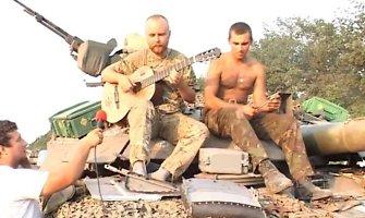 Pasaulį sujaudino ukrainiečio kario daina, skirta seneliui