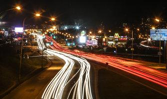 Saugumas važiuojant tamsoje: kaip neakinti kitų vairuotojų