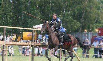 """Blaiviame """"Naisių vasaros"""" festivalyje viduramžių riteriai surėmė ietis"""