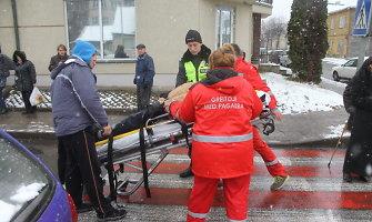 Panevėžyje automobilis parbloškė per pėsčiųjų perėją ėjusį vyrą