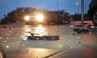 """Trečiadienio rytą Vilniuje susidūrė """"Renault"""" ir VW, sužalota 22 metų mergina"""