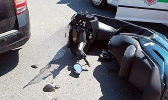 Grigiškėse susidūrė automobilis ir motoroleris, sužalota mergina
