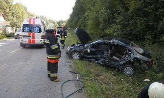 """Per avariją Šernų kaime prispaustas žmogus: """"KamAZ"""" taranavo """"VW Passat"""""""