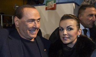 Silvio Berlusconi oficialiai išsiskyrė su žmona ir jau gali vesti 50 metų už save jaunesnę sužadėtinę