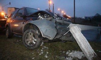 Panevėžyje apšvietimo stulpą nulaužęs vairuotojas spruko palikęs ir visureigį, ir alų