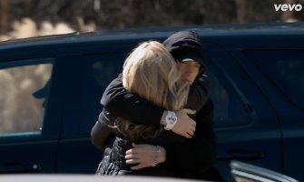 """Eminemas parodė savo jautriąją pusę: pristatytas dainos """"Headlights"""" vaizdo klipas, kuriuo jis atsiprašo savo mamos"""
