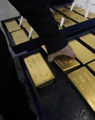 Aukso kainos smuko žemiausiai per du mėnesius
