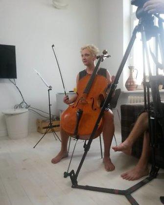 Jokiu muzikiniu instrumentu groti nemokančiai Ingai Norkutei-Žvinienei – išbandymas su violončele