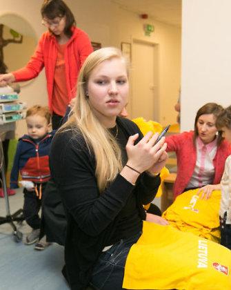Olimpinė čempionė Rūta Meilutytė aplankė vaikus, sergančius onkologinėmis ligomis