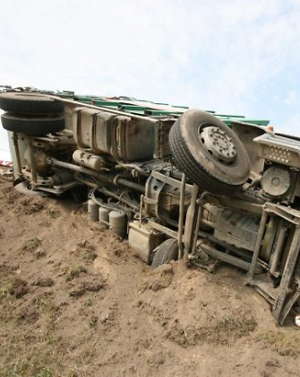 Kelyje Šiauliai-Kelmė Lenkijos vilkikas su cisterna nustūmė nuo kelio šiukšliavežę