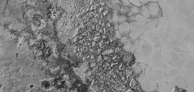 Plutono mįslė: ką slepia raudonas ledas ir po juo tyvuliuojantis vandenynas
