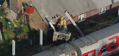 Kazlų Rūdoje traukinys nušlavė nuo bėgių ekskavatorių, per avariją apgriautas namas