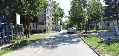 """Atbulomis kieme manevravęs """"Renault"""" mikroautobusas Naujojoje Akmenėje pervažiavo pėsčiąją"""
