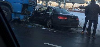 Kaune BMW vairuotojas rėžėsi į sunkvežimį