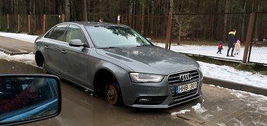 """Tartum grįžimas į 1990-uosius: vilniečio """"Audi"""" po nakties liko be ratų"""