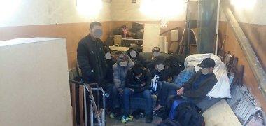 Slėpiniai Kauno garažuose: įtarė cigarečių kontrabandą – aptiko 10 vietnamiečių