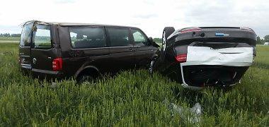 """Avarija kelyje Marijampolė–Suvalkai: susidūrus automobilvežiui ir """"VW Golf"""", žuvo žmogus"""