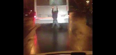 Nufilmuotas keleivis-betmenas: jaunas vilnietis važiavo įsikabinęs į autobuso galą