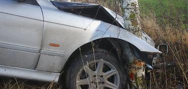 Nemenčinės plente BMW rėžėsi į medį, vairuotojas pabėgo
