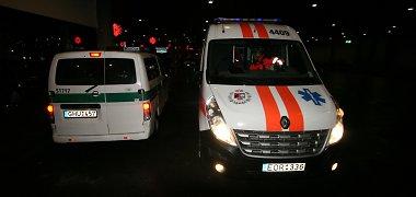 Marijampolėje girtas vairuotojas pervažiavo automobilį stūmusius keleivius