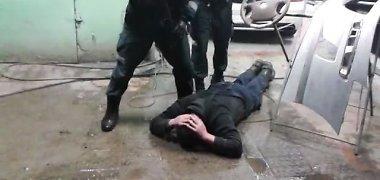 Nufilmuotas įtariamojo sulaikymas narkotikų byloje: garaže – beveik 2 kg metamfetamino