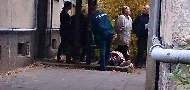 Prie įėjimo į Vilniaus daugiabutį – kilimu užklotas negyvėlis