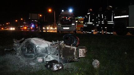 Panevėžyje po smūgio į automobilį motociklo vairuotojas spruko palikęs lūžius patyrusį savo keleivį