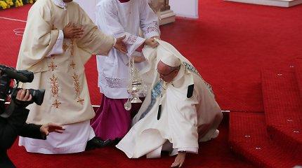 Popiežius Pranciškus Lenkijoje pargriuvo, bet nesusižeidė