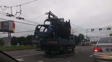 Neapdairumo viršūnė: metalo laužo prikrautas sunkvežimis Kaune paralyžiavo troleibusų eismą