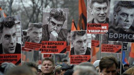 Tūkstančiai Maskvoje ir Sankt Peterburge nešė plakatus su B.Nemcovo atvaizdu, buvo incidentų