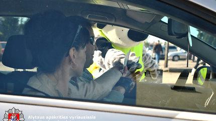 """Alytaus policininkai nenori jiems siūlomų kyšių: vairuotojams – """"švarios sąžinės"""" kvapai"""