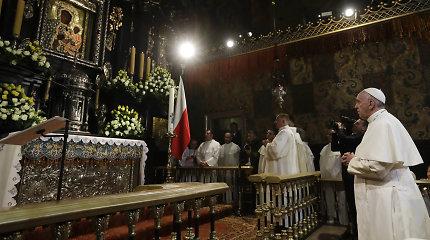 Popiežius Pranciškus Lenkijoje meldėsi prie stebuklingu laikomo Juodosios Madonos paveikslo