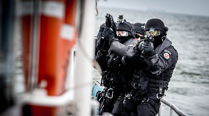 """Išskirtiniuose kadruose – pasieniečių ir """"Aro"""" operacija, per kurią šturmuojamas teroristų laivas"""