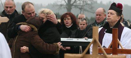 """Motina prie nužudytosios dukters Justinos kapo: """"Buvai tokia nekalta, nė vabalėlio nenuskriausdavai"""""""
