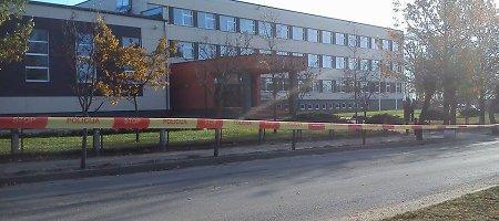 """Kuršėnuose iš gimnazijos evakuota 470 žmonių, į patalpas žengė """"Aras"""""""