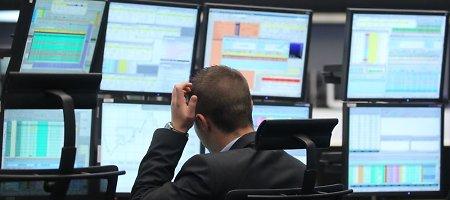 """""""Saxo"""" ekonomistas: centrinių bankų vadovai problemas tiesiog sušluoja po kilimu"""
