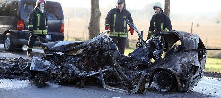 """Po avarijos prie Jonavos sudegusį """"VW Polo"""" vairavo 27 metų moteris, ugnis pražudė ir jos mažylį"""
