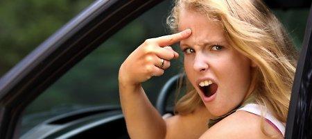 """Molėtų rajone agresyvi """"VW Passat"""" vairuotoja apspardė ją tikrinusius patrulius"""